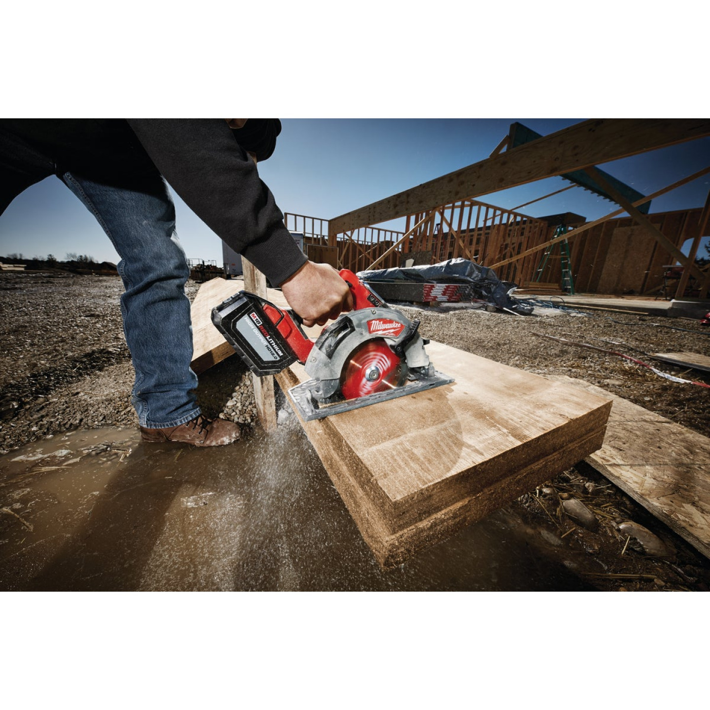 Milwaukee M18 FUEL 18 Volt Lithium-Ion Brushless 7-1/4 In. Cordless Circular Saw Kit Image 3